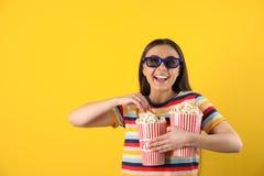 有3D玻璃和鲜美玉米花的年轻女人 免版税图库摄影