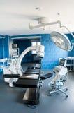 有X-射线医疗扫描、手术台、特别灯和医疗设备的现代手术室 库存照片