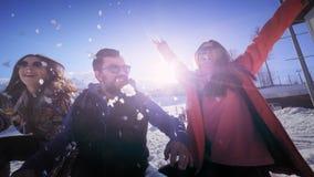 朋友公司获得乐趣在度假在冬天山 一个人和两个女孩享受冬天在滑雪 影视素材