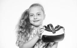 最新的孩子虚拟现实比赛 小的游戏玩家概念 虚拟现实是所有年龄的乐趣 戴vr眼镜的孩子女孩 免版税库存照片