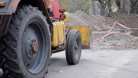 挖掘机在工地工作的被开掘的坑附近站立 影视素材