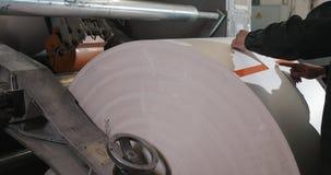 报纸的生产的植物 印刷品在报纸垂距印刷品生产的机器卷 工作的工作者人  股票录像