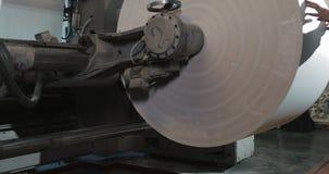 报纸的生产的植物 印刷品在报纸垂距印刷品生产的机器卷 工作的工作者人  股票视频