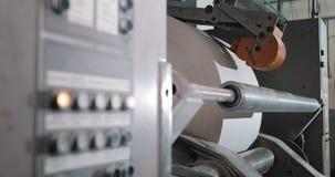 报纸的生产的植物 印刷品在报纸垂距印刷品生产的机器卷 工作的工作者人  影视素材