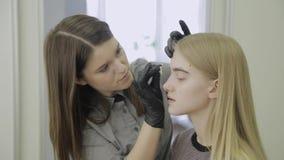 抹眼眉与少女的棉花圆盘在弄脏的做法以后 股票录像