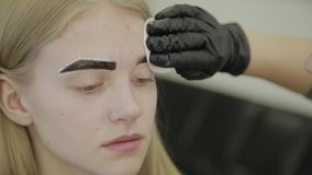 抹眼眉与少女的棉花圆盘在弄脏的做法以后 影视素材
