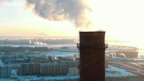 抽烟的烟囱鸟瞰图在城市的一个住宅区日落的在冬天 股票录像