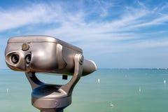 投入硬币后自动操作的双筒望远镜有在蒂豪尼村庄的巴拉顿湖视图在匈牙利 库存照片