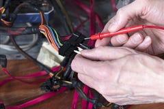 技术员设备修复 一个人检查电能的个人计算机 免版税库存图片