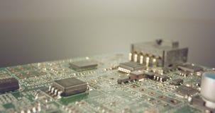 极端宏观移动式摄影车被射击与电容器和晶体管的一个PCB计算机板 股票录像