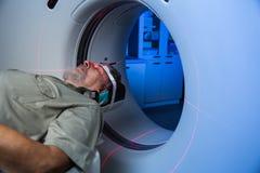 接受一次MRI考试的资深男性患者在一家现代医院 免版税库存照片