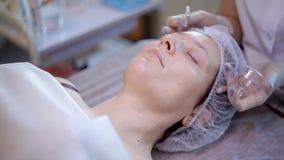 接受面部面具的少妇的温泉疗法在美容院 影视素材