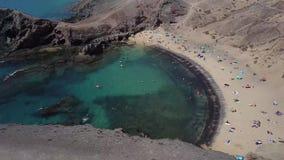 接合的岸和海滩的鸟瞰图兰萨罗特岛,西班牙,金丝雀 Papagayo海滩 股票视频