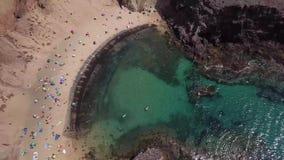 接合的岸和海滩的鸟瞰图兰萨罗特岛,西班牙,金丝雀 Papagayo海滩 股票录像