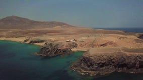 接合的岸和海滩的鸟瞰图兰萨罗特岛,西班牙,金丝雀 Papagayo海滩 影视素材