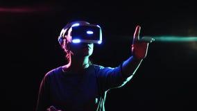 接触在暗区的VR耳机的女孩虚屏 股票视频