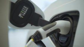 接通电力到汽车 车燃料新的时代  力量充电白色现代电动汽车 都市 影视素材
