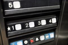 控制哪个的电梯按钮地板您乘坐 免版税库存照片