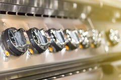 控制板现代归纳电火炉为在或调整温度接近的瘤拨号盘  库存图片
