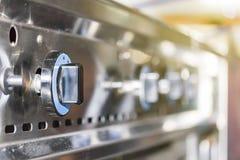 控制板煤气炉接近的瘤拨号盘为在或调整烧伤火焰和温度 免版税库存照片