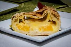 果馅奶酪卷片断用桔子 免版税库存图片