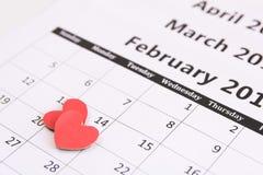 排进日程页和红色心脏纸2月14日情人节 库存照片