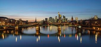 惊人财政地平线日落视图在法兰克福 免版税库存照片