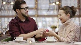 成人人给少女提出提案的一结婚戒指,并且她看起来愉快 股票录像