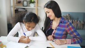 成人混合的族种妇女老师坐和谈话与美国黑人学生 影视素材