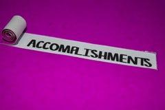 成就发短信,启发和正面震动概念在紫色被撕毁的纸 免版税库存照片