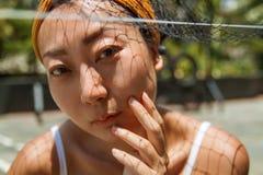 户外一个年轻亚洲模型的特写镜头画象 免版税图库摄影