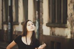 户外一个美丽的长发女孩的画象 图库摄影