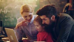 房子膝上型计算机使用 愉快的年轻在膝上型计算机的家庭观看的动画片一起 系列愉快的时间 闩上构成概念系列螺母 影视素材