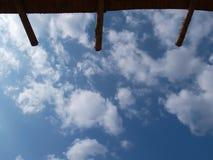 房檐被做木头和天空是明亮和多云的 为背景 免版税库存照片