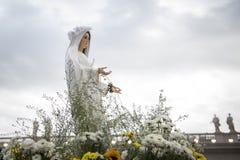 我们的在玛丽亚祷告守夜期间的夫人玛丽雕象  库存照片