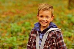 我有滑稽感 滑稽的男孩 小男孩愉快微笑在自然风景 小孩获得在新鲜空气的乐趣 是 库存图片