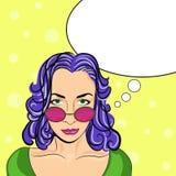 戴眼镜的流行艺术妇女与讲话泡影 也corel凹道例证向量 免版税库存图片