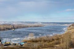春日,在河的冰漂泊 图库摄影