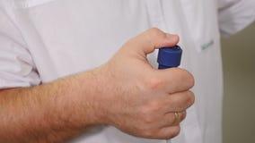 是概念现有量有医疗保健帮助延迟药片 医生手按X-射线按钮 X射线辐射在现代牙医诊所的设备的遥控 一个男性 影视素材