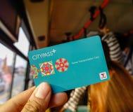 显示CityPass卡片的乘客 免版税库存照片