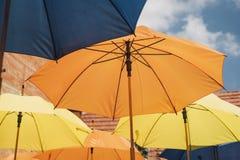 明亮五颜六色伞垂悬 库存照片