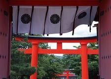 日本寺庙入口门有红色和黑油漆背景 免版税库存图片