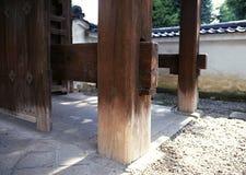 日本建筑学木头运作包括舌头和孔 库存照片