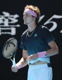 日本的德国的职业网球球员亚历山大兹韦列夫行动的在16在2019年澳网的比赛期间他的回合  免版税图库摄影