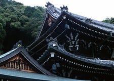 日本老寺庙入口屋顶黑色木装饰背景 免版税图库摄影