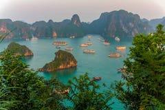 日落在下龙湾,越南 免版税库存图片