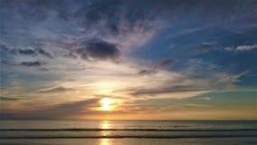 日落在泰国,在天空,普吉岛的云彩 免版税库存图片