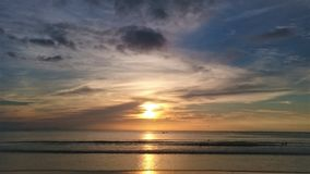 日落在泰国,在天空,普吉岛的云彩 免版税库存照片