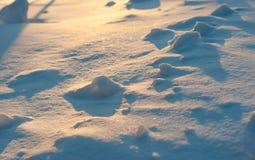 日落光和阴影在雪纹理 阿尔卑斯包括房子场面小的雪瑞士冬天森林 斯诺伊石头 库存照片