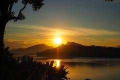 日落看法在湄公河的在琅勃拉邦 库存图片